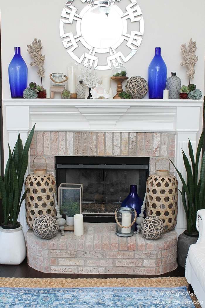 décoration avec cheminée, bouteilles bleues, miroir décoratif, lanternes orientales
