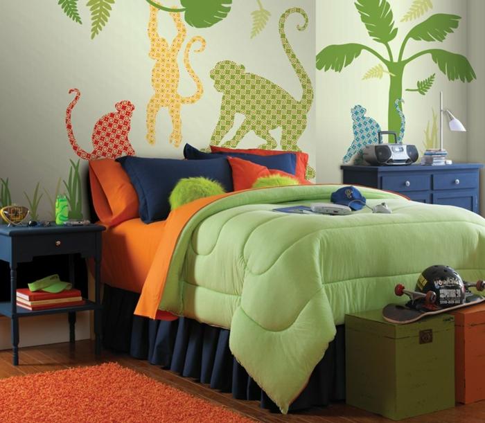 tapis orange, papier peint singes, lit en bleu et vert, linge de lit coloré, idee deco chambre garcon