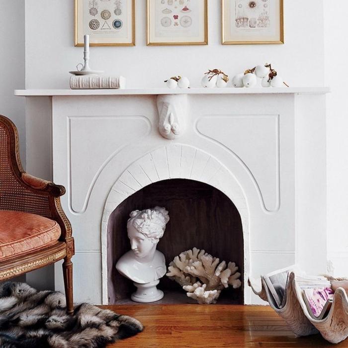 cheminée blanche, sculpture blanche, corail blanc, chaise en cuir, cadres dorés