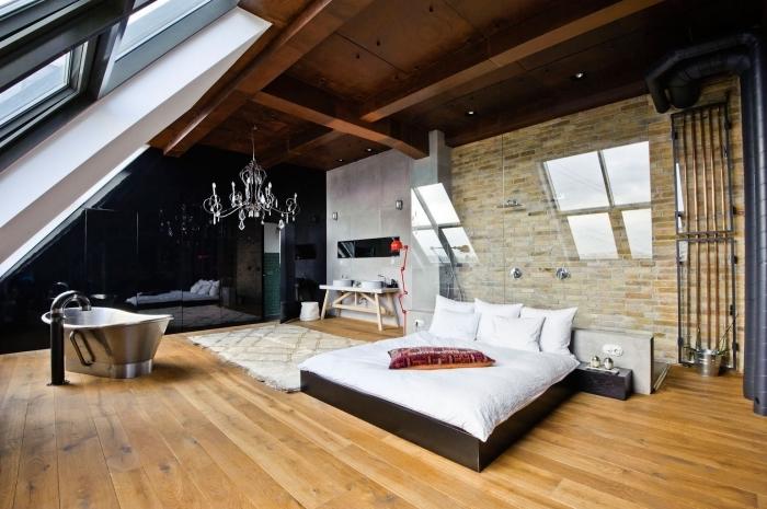 comment décorer une pièce mansardée de style moderne, exemple chambre à coucher avec salle de bain ouverte à plafond en poutres bois exposées