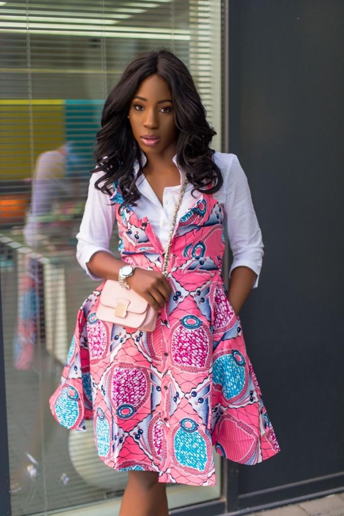 comment porter la robe imprimé wax de façon moderne et chic, chemise blanche sous petite robe évasée à motifs rose et bleu turquoise