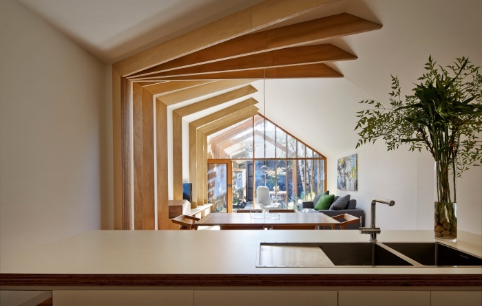 modèle de déco intérieure avec poutre decorative de bois clair sur les murs et le plafond, intérieur contemporain en blanc et bois