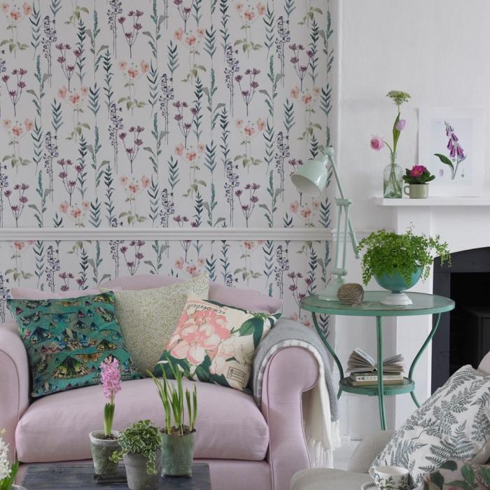 le papier peint tendance 2018 à motifs champêtres fleuris, salon vintage aux accents déco nature avec un pan de mur habillé de papier peint champêtre