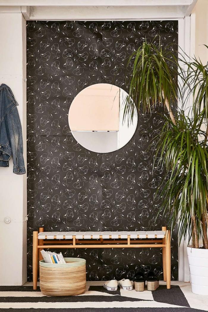 délimiter un recoin dans l'entrée avec du papier peint, décoration entrée maison avec du papier peint moderne à fond noir