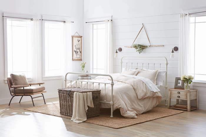 mur décoré de lambris blanch, parquet clair, bout de lit en coffre de rotin, lit métallique blanc, deco tete de lit bois flotté
