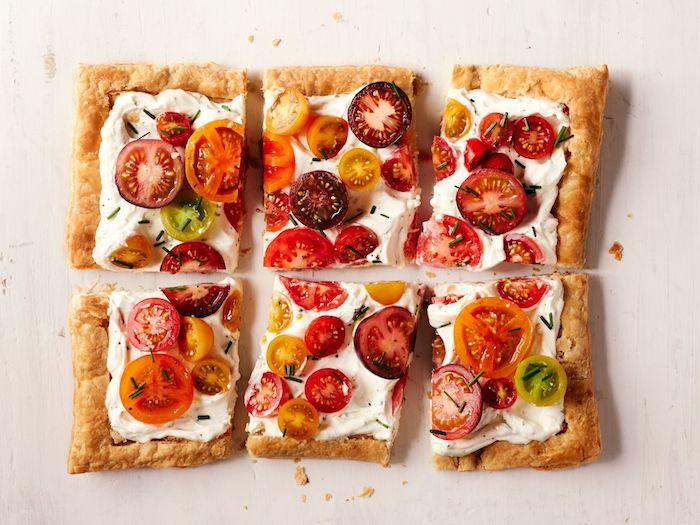 idee apero dinatoire facile et rapide, creme fraiche sur pate feuilletée recette simple aux tomates cerise a faire soi meme