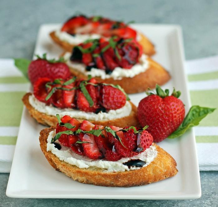 recette bruschetta salé-sucré avec pain baguette grillée aux fromage ricotta oi crème fraîche épaisse, fraises, basilic et réduction balsamique