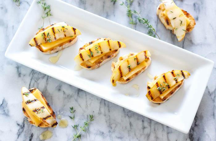 recette bruschetta faicle, crostini baguette de pain grillé avec du fromage gouda, poire grillée, thym et miel