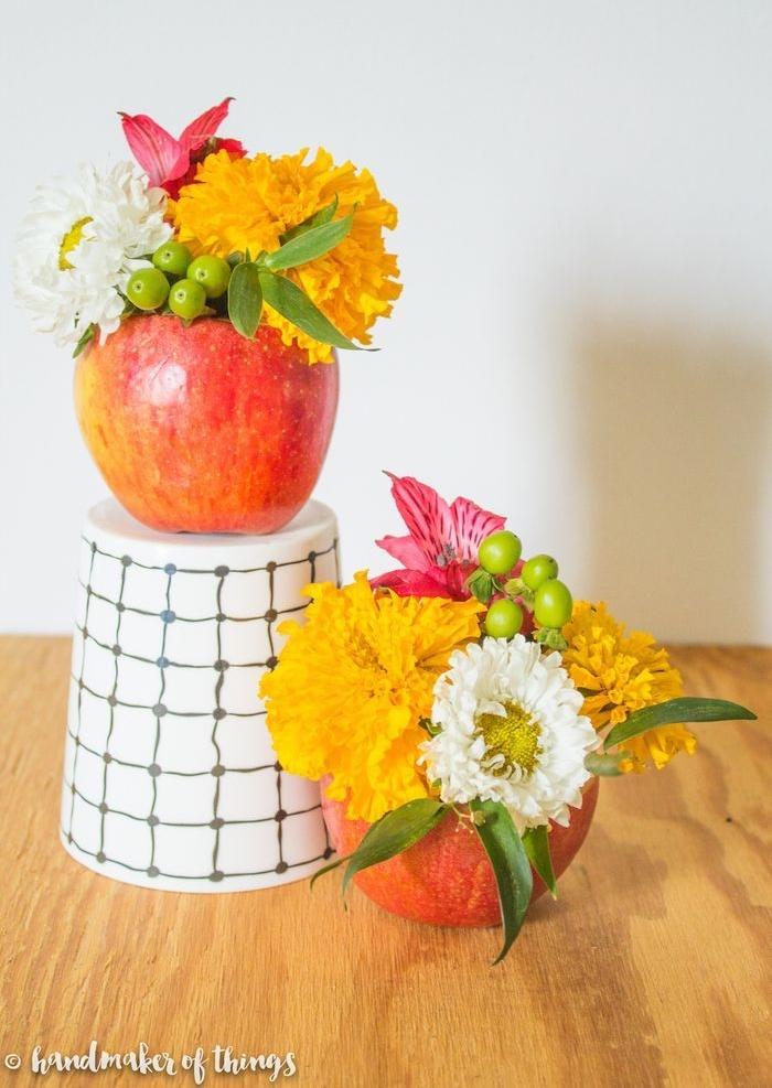 exemple centre de table automne en pomme creusée et transformée en vase avec bouquet de fleurs d automne