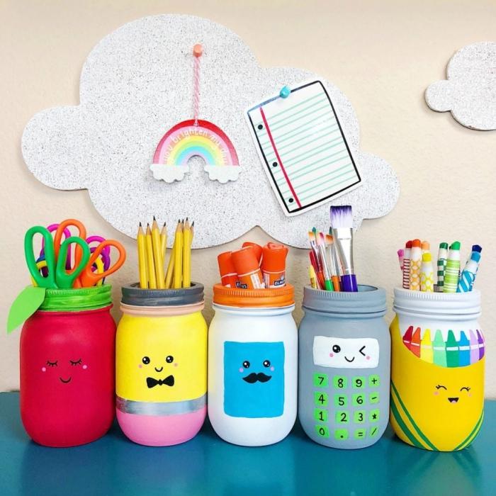 idée créative pour recycler des bocaux mason jar en pots à crayon kawaii, idée de détournement objet pratique et créatif