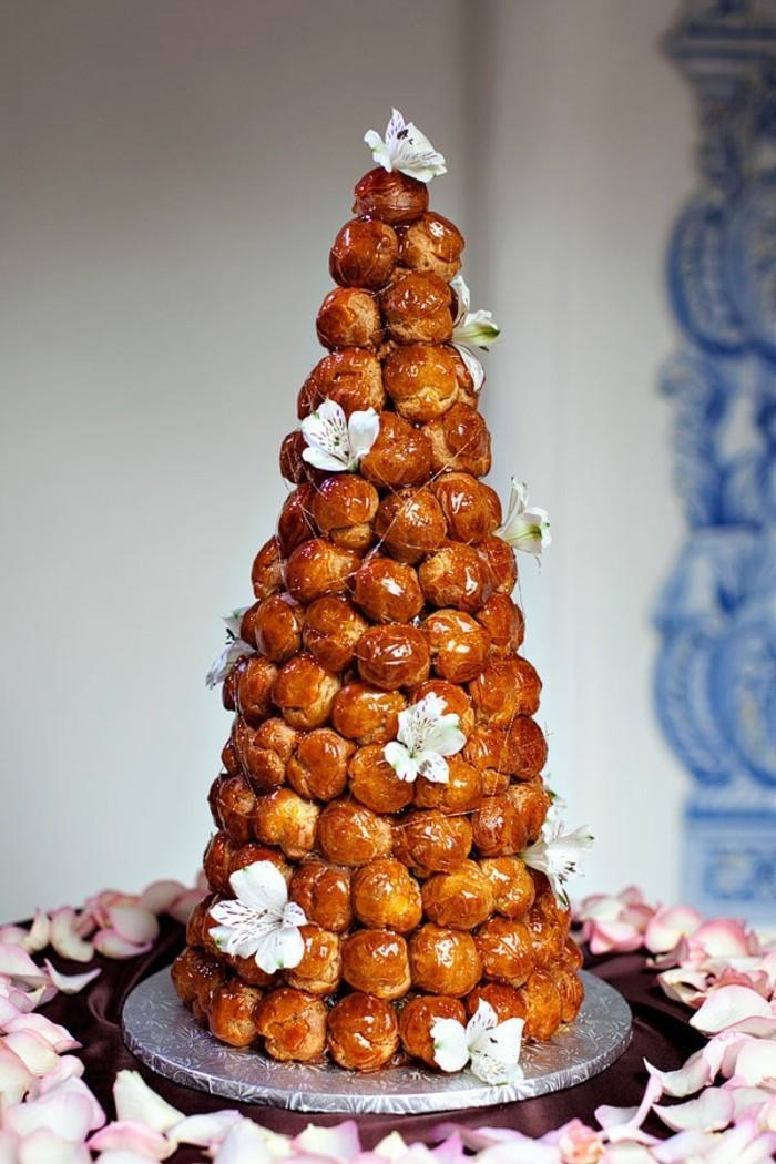 Pièce montée mariage choux, gateau mariage simple, beau gateau pour mariage joliment décoré de fleurs et reseaux en caramel