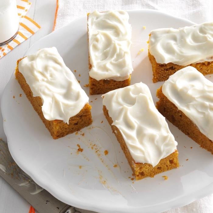 idée de gateau citrouille facile et rapide, des barres de moelleux à la citrouille au nappage de crème fouetté à la vanille
