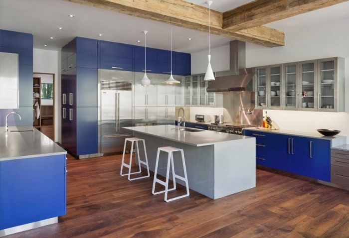 cuisine gris et bleu au design contemporaine avec un ilot de cuisine gris à finition lisse qui joue le rôle d'un coin repas convivial