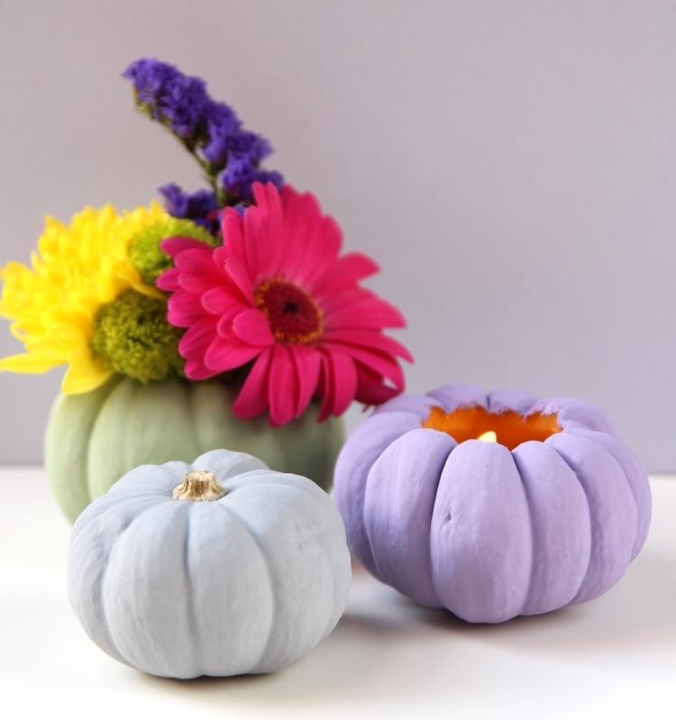 deco automne a faire soi meme, bougeoir ou vase en citrouille repeinte en couleur gris, vert ou violet