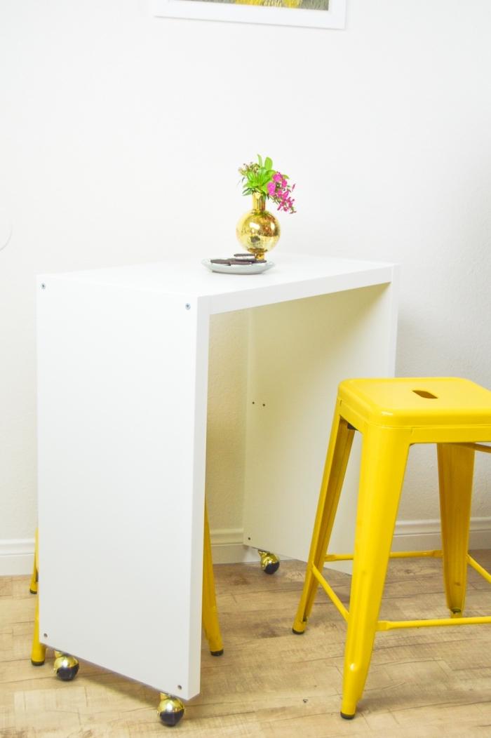 ilot central table de service à roulettes qui peut se glisser sous un meuble de cuisine pour un gain de place maximal dans la petite cuisine, détournement meuble ikea en îlot de cuisine mobile