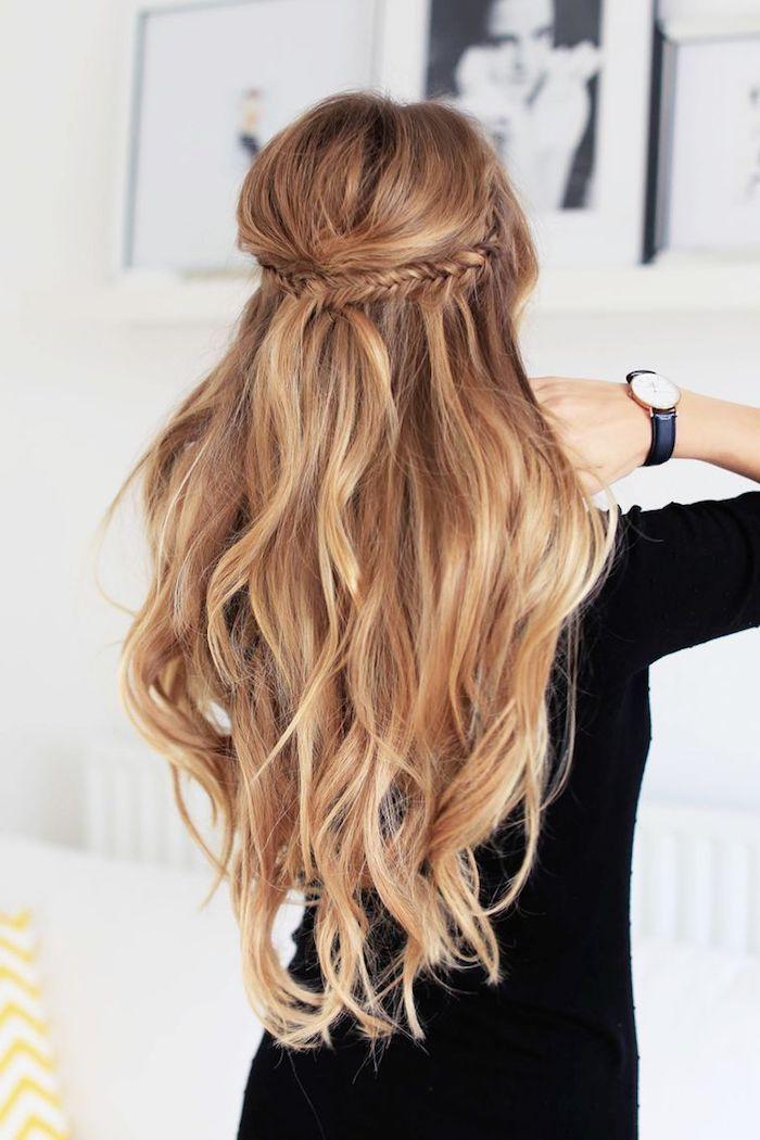 Originale idée de coiffure mariage boheme mais chic, chouette idée coiffure été 2018, tresse et cheveux ondulés