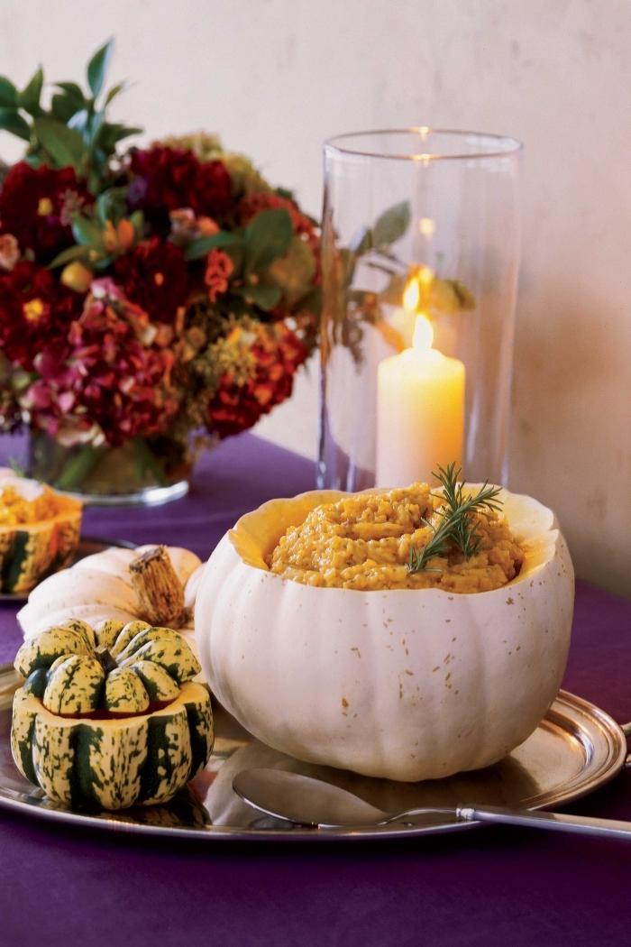 recette de risotto à la courge d'une texture crémeuse et fondante, recette de courge originale pour se régaler tout l'automne et tout l'hiver, décoration de table d'automne avec un photophore en verre et des citrouilles sur un plateau argenté