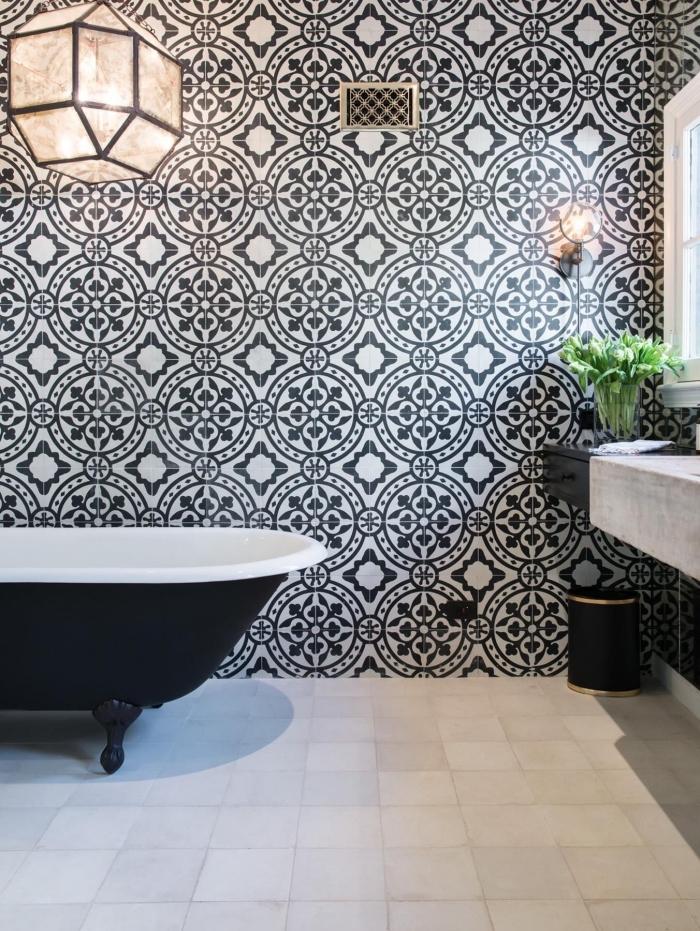 les motifs larges du carrelage effet carreaux de ciment donnent du caractère à la salle de bain au design épuré