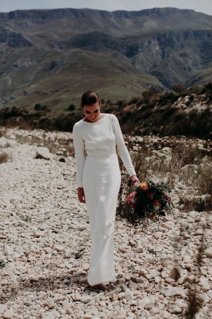 une robe de mariée manche longue en crêpe dont le dos représente un joli élément de surprise