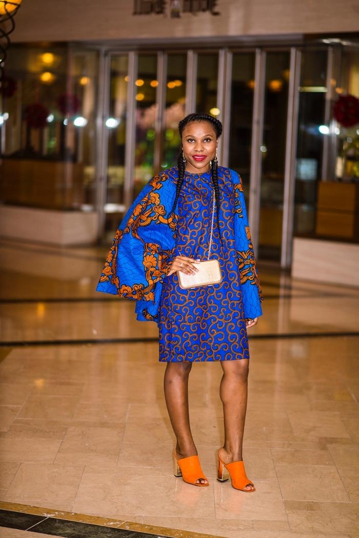 modele de robe africaine fluide à manches évasées qui joue sur les imprimés africains