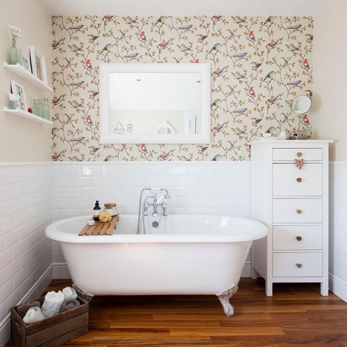 idée déco avec de la tapisserie moderne dans la salle de bains pour créer une ambiance poétique et bucolique