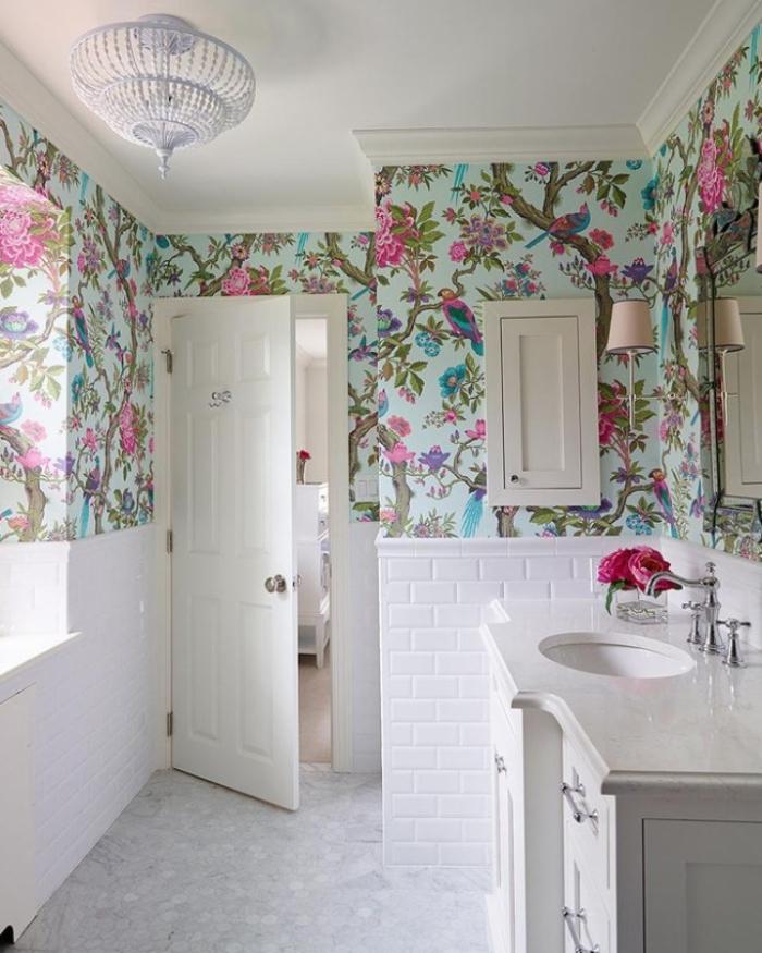 tapisserie moderne dans la salle de bains pour refaire les murs sans les habiller entièrement de papier peint