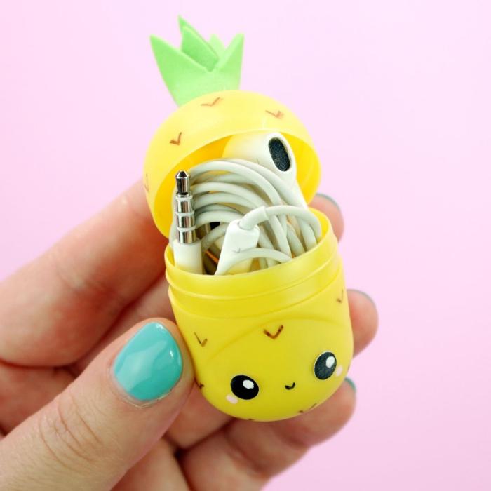 idée originale pour recycler des oeufs kinder en mini-boîte kawaii pour garder ses écouteurs, idée de bricolage original avec objet recyclé