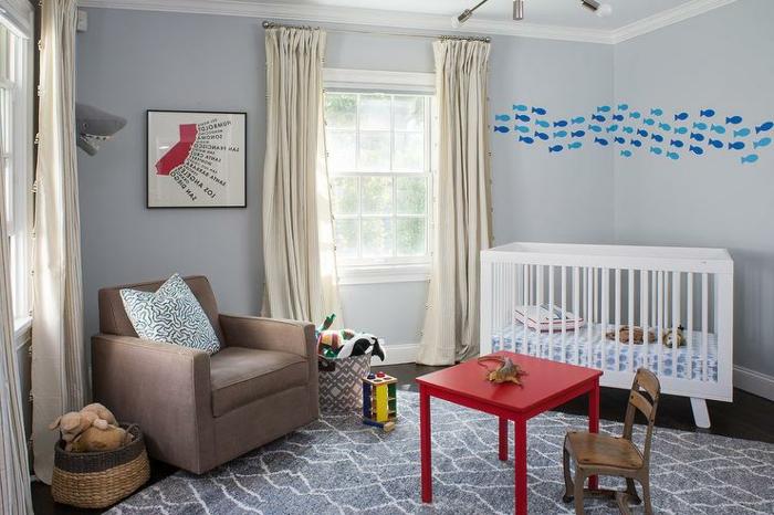 chambre enfant en gris, fauteuil taupe, table basse rouge et chaise d'enfant, tapis géométrique, peinture chambre enfant grise