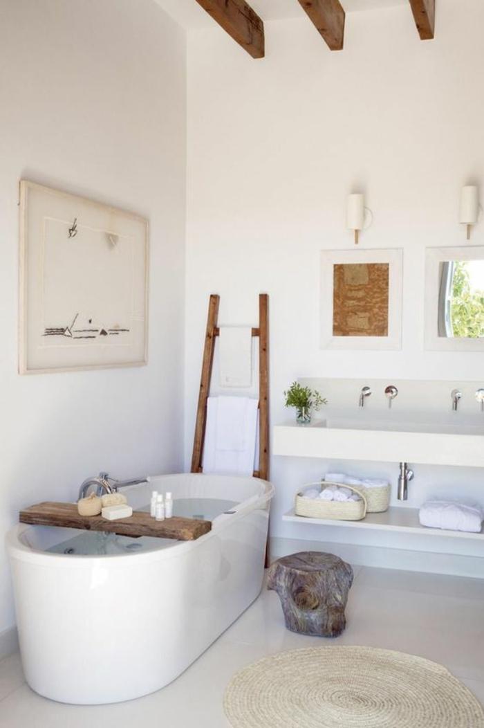 petite salle de bain avec baignoire, deco salle de bain zen, baignoire blanche ovale, salle de bain zen et chaleureuse, tapis rond en couleur crème