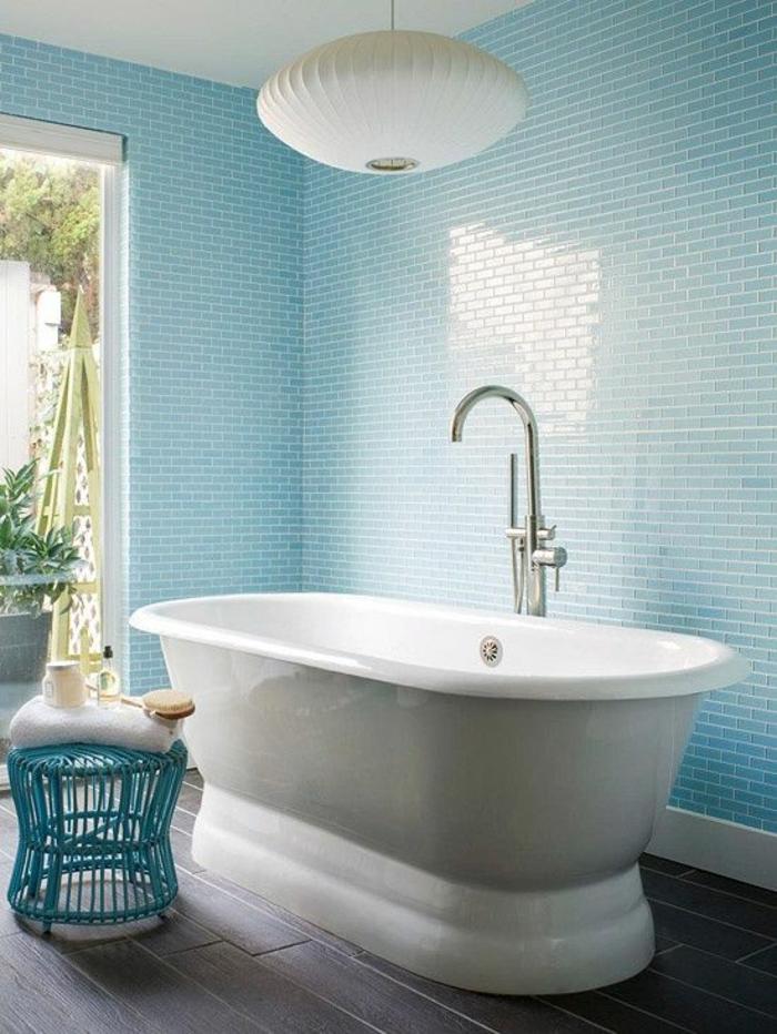 pinterest salle de bain, baignoire blanche ovale, carrelage sol en couleur taupe, luminaire en verre blanc opaque, carrelage mur en bleu pastel