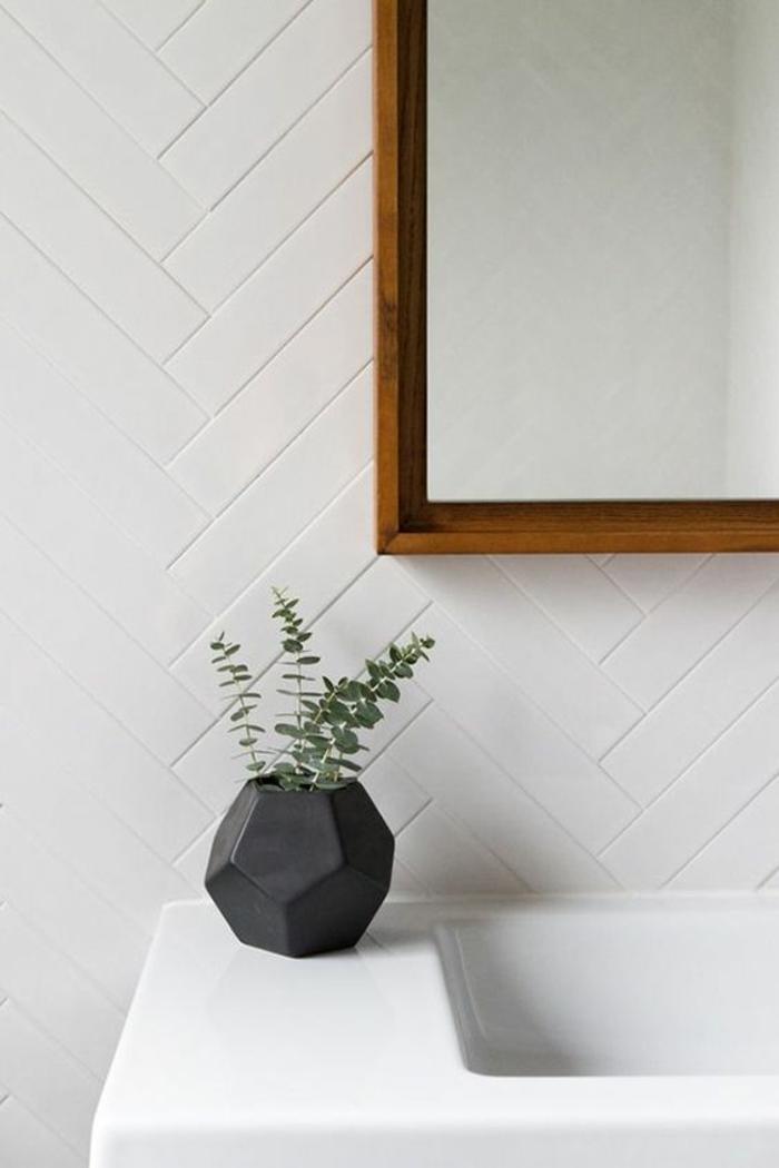 pinterest salle de bain, decoration petite salle de bain, déco salle de bain zen, lavabo blanc, miroir au cadre en bois clair, carrelage mural blanc imitation parquet encastré