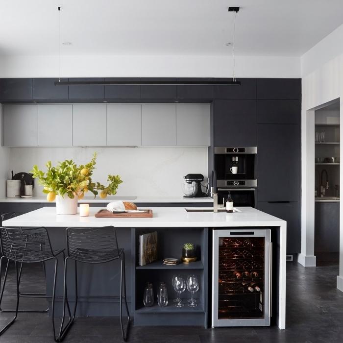 cuisine gris au design épuré avec un îlot central de cuisine à comptoir blanc contrastant qui allie esthétique et fonctionnalité