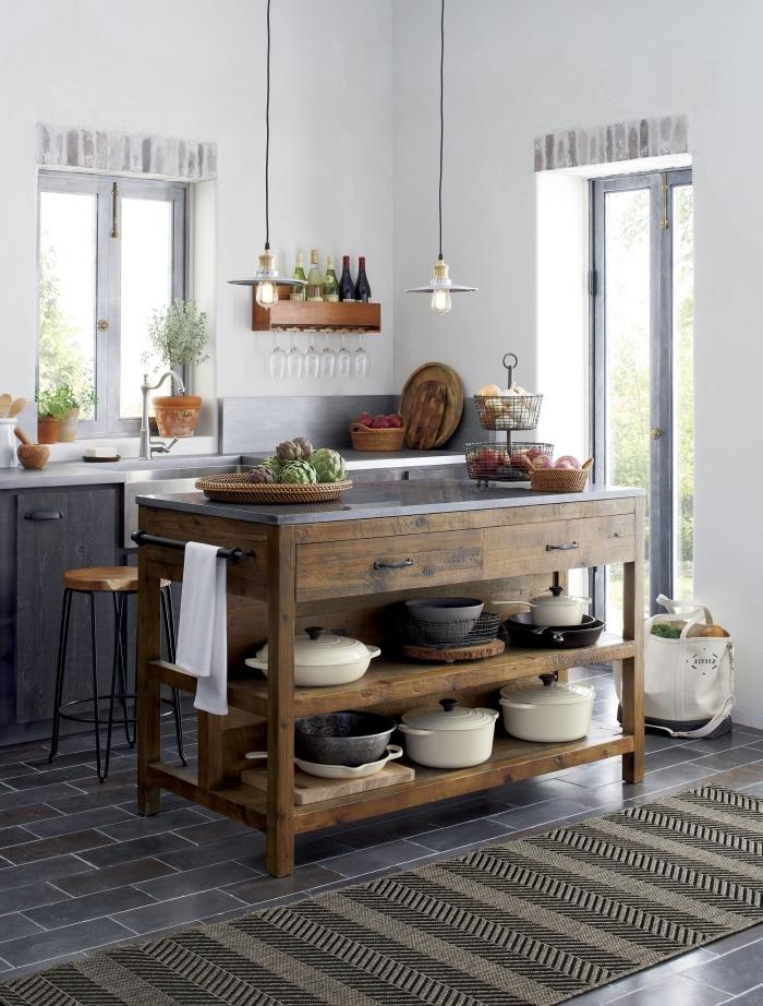ilot central table rustique en bois massif avec des étagères et des tiroirs qui s'harmonise avec le charme campagnard de cette cuisine