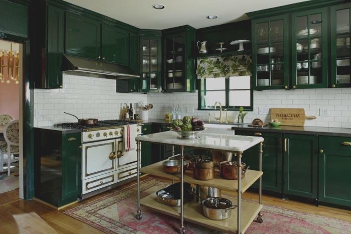 cuisine vert sapin aux accents blancs de style vintage avec desserte de cuisine en guide d'ilot centrale