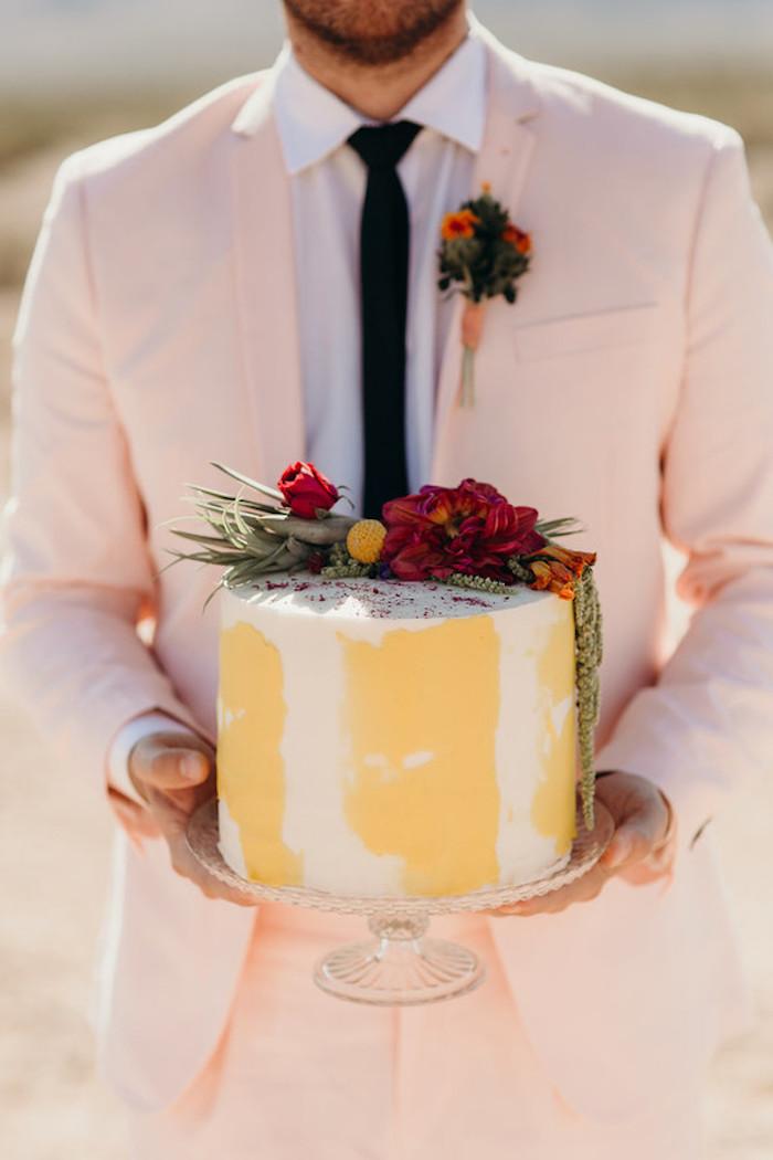 Gateau wedding cake, gateau grant une piece, un etage, gateau mariage decoration de fleurs, le marie dans un costume rose pale, comment s habiller pour un mariage homme