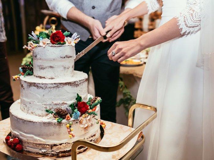 Idée gateau pour mariage bohème chic, idée gateau top fleurs, gateau sans ganache, sans pate a sucre pour couverture