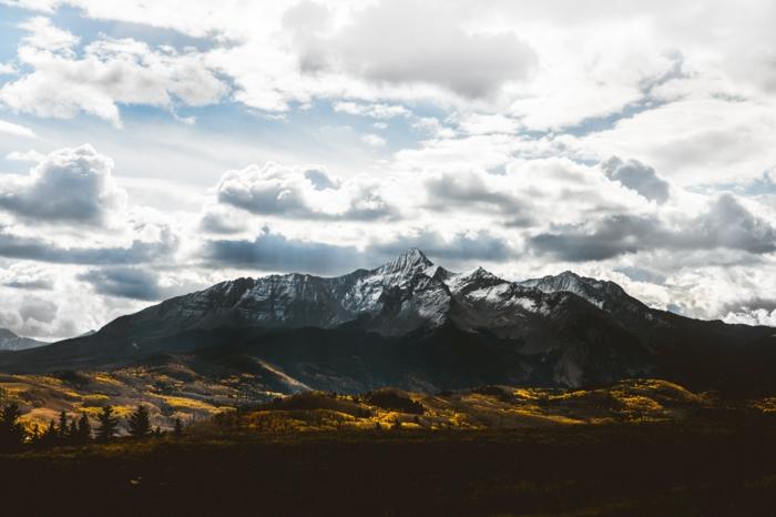 plaines éclairées du soleil, nuages, montagne aux sommets rocheuses, forêt, jolie paysage
