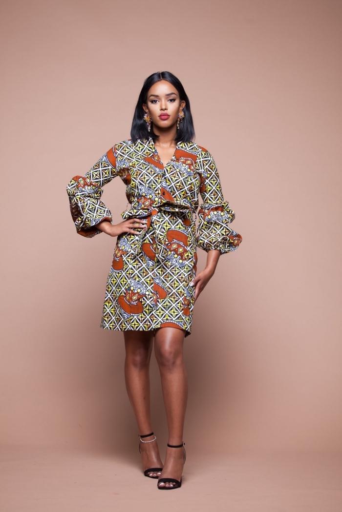 modele wax moderne pour une allure chic et féminine, robe portefeuille à manches bouffantes originales combinée avec des sandales noires à talons