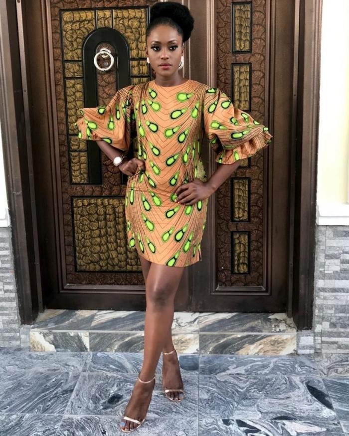 une robe courte droite à manche bouffante de fantaisie qui arbore un look ethnique chic avec son imprimé wax paon