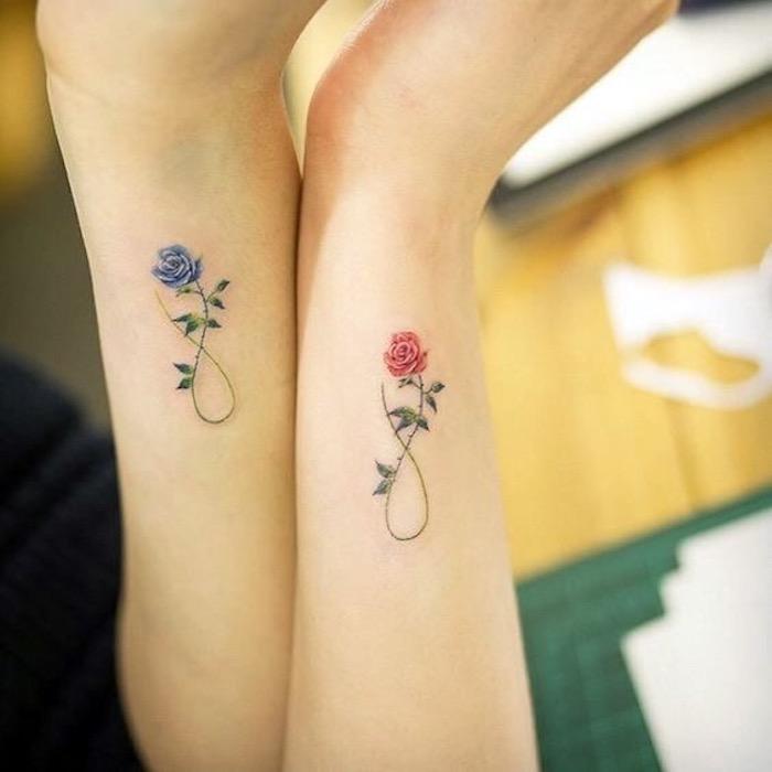 Infini tatouage avec rose rouge pour elle et rose bleu pour lui, original tatouage commun couple, dessin coloré de tatouage pour couples
