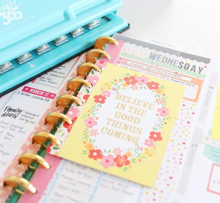 une intercalaire à imprimer avec citations entourée de couronne de fleurs, agenda scolaires stylé