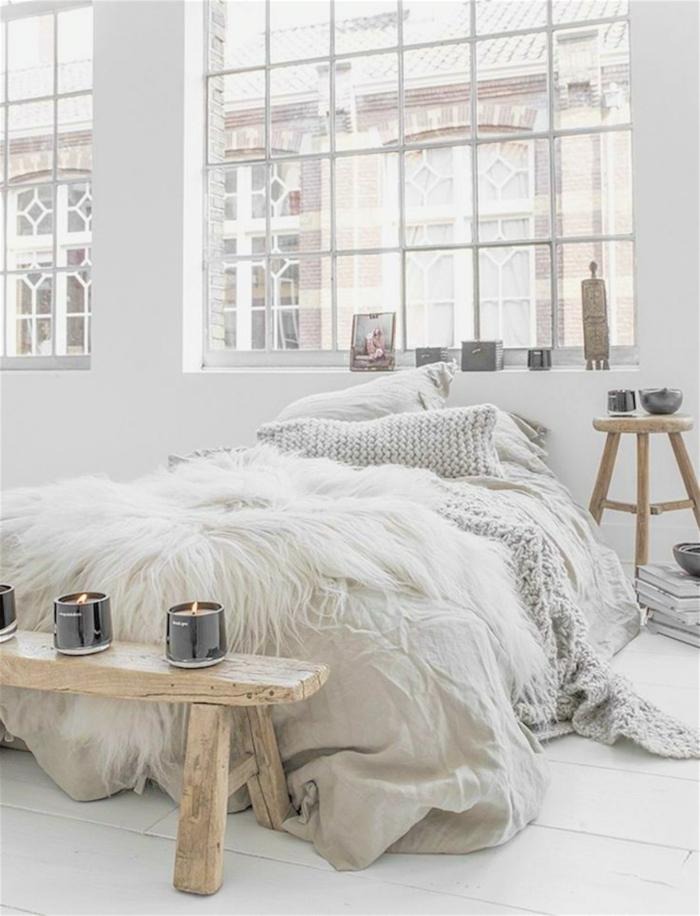 idée déco chambre adulte romantique, banquette de bois brut, grandes fenêtres, tabouret bois, plaid tricoté