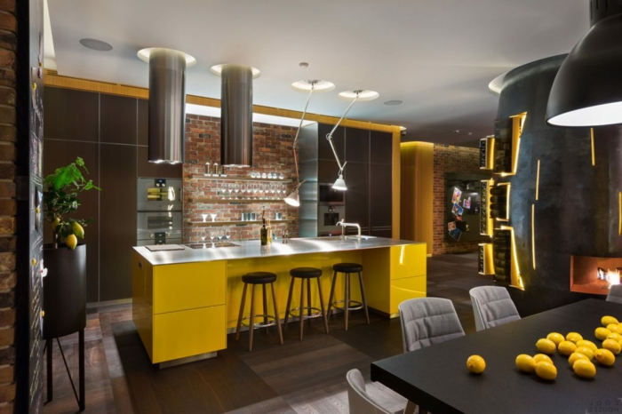 cuisine à déco industrielle, grand bar jaune avec plateau en aluminium, grande table de repas noire, lampes pendantes industrielles