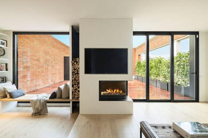 fausse cheminée électrique, intérieur de maison moderne, grandes fenêtres au cadre noir