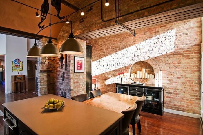 intérieur style industriel, grand ilot de cuisine, lampes industrielles, mur en briques rouges, petite cheminée murale