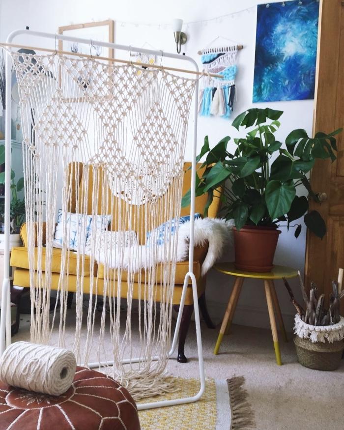 salon de style bohème chic avec plantes vertes et accessoires ethniques, modèle de séparation pièce en rideaux macramé