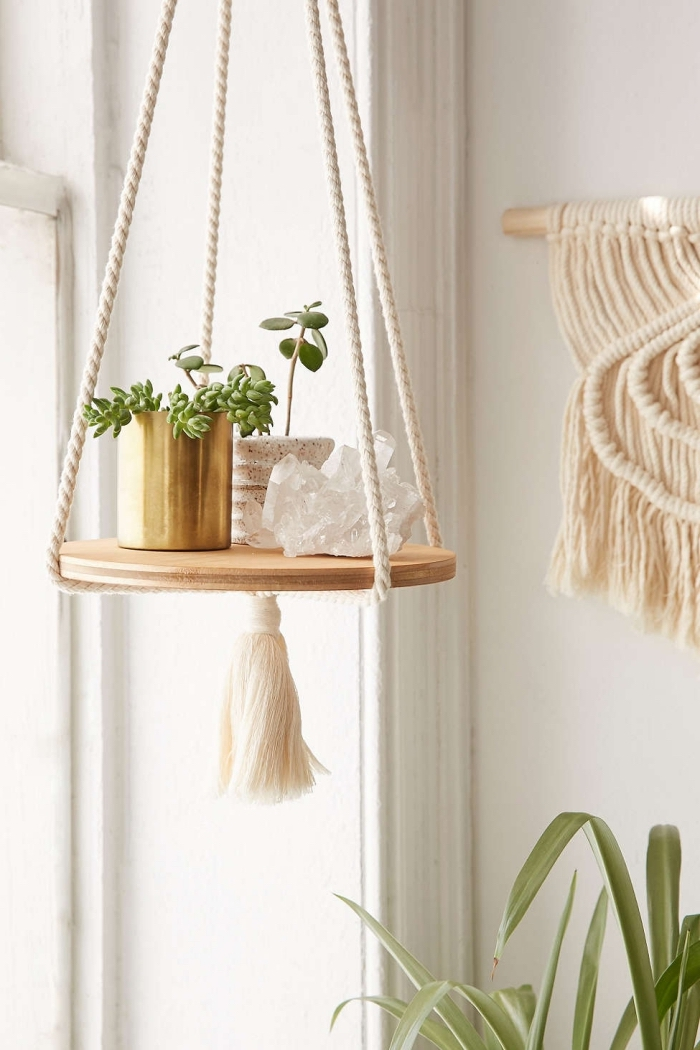 exemple de suspension plante macramé avec planche de bois et déco tassel, idée décor bohème chic moderne avec créations en macramé