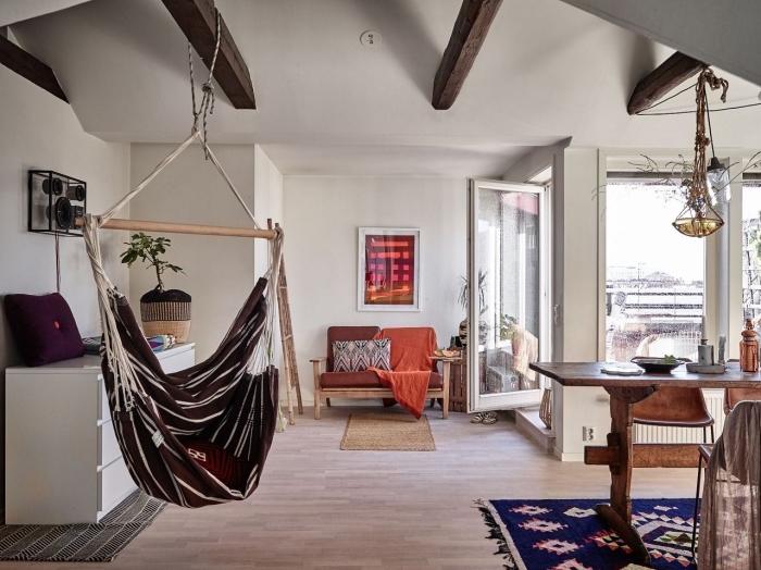 déco cocooning dans un salon aménagé dans style ethnique chic avec meubles de bois, idee pour refaire plafond avec peinture blanche et bois