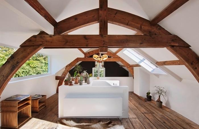 exemple d'aménagement sous plafond avec charpente apparente et parquet de bois foncé, objets décoratifs dans l'esprit ethnique