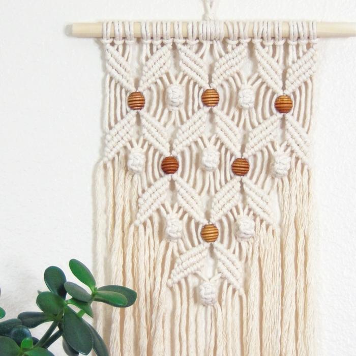 création en noeuds macramé avec bâton de bois et perles de bois, exemple technique de macramé facile avec noeuds